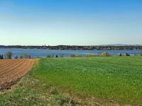 Vodní nádrž Jesenice; https://commons.wikimedia.org/wiki/Category:Jesenice_Reservoir#/media/File:Přehrada_Jesenice_duben_2019.jpg