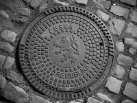 Autor: Luke Price from Rotterdam, Netherlands – Manhole Cover, CC BY 2.0, https://commons.wikimedia.org/w/index.php?curid=69297156