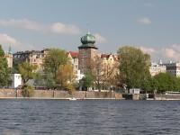 By Przemek Pietrak - https://wikicrosswords.org/it/indizio-di-cruciverba/un-edificio-vicino-al-fiume/, CC BY-SA 3.0, https://commons.wikimedia.org/w/index.php?curid=78840059